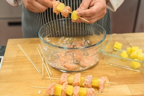 Szaszłyki z łososia i ananasa, pieczone ziemniaczki z tymiankiem, brokuły  – krok 2