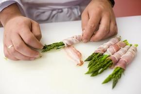 Szparagi w boczku – krok 2