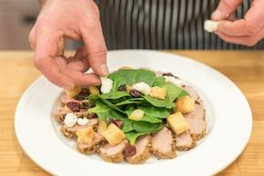 Szpinak z polędwiczką wieprzową z malinowym dressingiem – krok 5