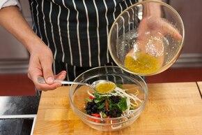 Szybka sałatka z kiełków fasoli z papryką – krok 3