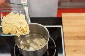 Szybka zupa grzybowa z łazankami  – krok 3