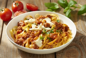 Makaron tagliatelle z sosem bolognese i mozzarellą