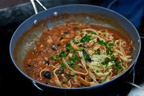 Tagliatelle z czarnymi oliwkami i pomidorami – krok 6
