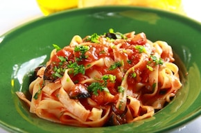Tagliatelle z czarnymi oliwkami i pomidorami