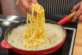 Tagliatelle z sosem czosnkowym i grillowanym kurczakiem – krok 6