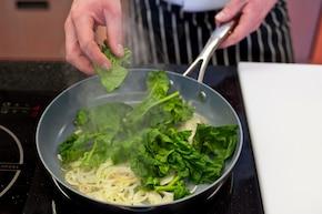 Tortilla ze szpinakiem i jajkiem – krok 1