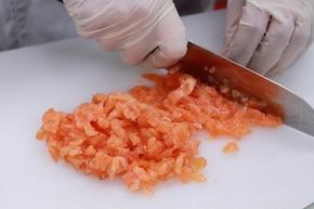 Tatar z łososia wędzonego z warzywami – krok 1