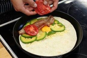 Tortilla zapiekana z jajkiem i awokado z dipem meksykańskim  – krok 3