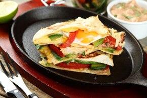 Tortilla zapiekana z jajkiem i awokado z dipem meksykańskim