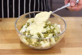 Wielkanocne jajka z pieczarkami, zielonym groszkiem, szynką i żółtym serem – krok 3