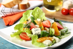 Sałatka z truskawkami i serem pleśniowym