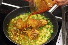 Udka z kurczaka z groszkiem i cebulką – krok 6