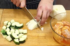 Udka z kurczaka pieczone z koprem włoskim i cukinią – krok 2