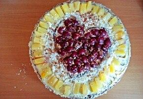 Walentynkowy tort  z kremem karpatkowym i owocami