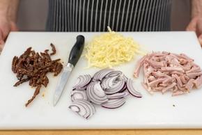 Sałatka z szynką i selerem – krok 1