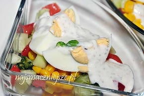 Warzywa z jajkiem i sosem czosnkowym