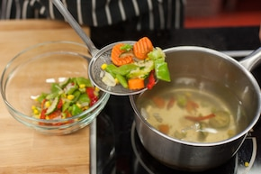 Warzywa z patelni z sosem - VIDEO – krok 1
