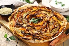 Warzywna tarta z sosem grzybowym i rozmarynem