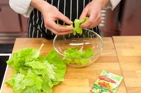 Wiosenna sałata ze szczypiorkiem – krok 1