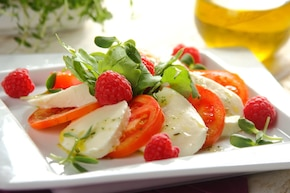 Włoska sałatka caprese z malinami