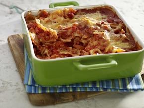 Zapiekanka makaronowa z boczkiem i sosem pomidorowym