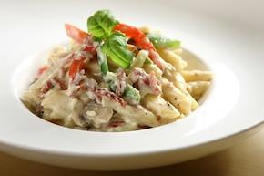Włoskie rurki z salami i warzywami