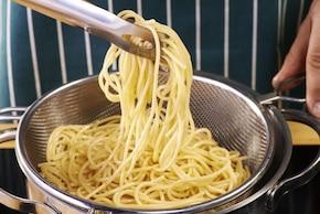 Włoskie spaghetti Bolognese pachnące ziołami  – krok 1