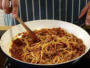 Włoskie spaghetti Bolognese pachnące ziołami  – krok 5
