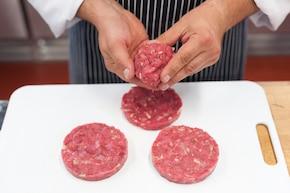 Wołowe burgery z kozim serem – krok 2