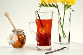 Letnia herbata z mrożonymi malinami