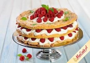 Tort z bitą śmietaną i malinami