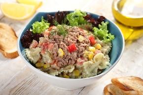 Wyśmienita sałatka makaronowa z tuńczykiem i kukurydzą