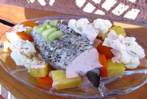 Zagadkowy łosoś na parze z warzywami