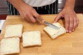 Zapiekane kanapki z szynką i serem  – krok 1