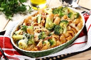 Zapiekanka makaronowa z brokułami i grillowanym indykiem