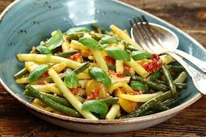 Zielona fasolka szparagowa z pomidorami i bazylią