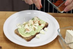 Zielona kanapka z pastą z bobu oraz serem feta  – krok 4