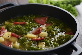 Zielona zupa zhiszpańską kiełbasą - Caldo verde zchorizo