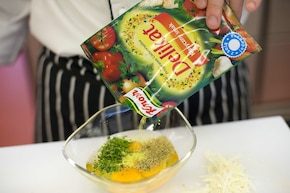 Ziemniaczany omlet z czerwoną cebulą – krok 2