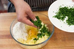 Złociste gnocchi z natką pietruszki i parmezanem – krok 2