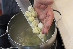 Złociste gnocchi z natką pietruszki i parmezanem – krok 4