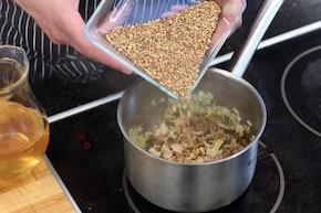 Zrazy wołowe z kaszą gryczaną i grzybami, podane na carpaccio z pieczonych buraków – krok 3
