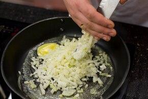 Zupa cebulowa na śmietanie – krok 2