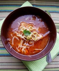Zupa cebulowo-pomidorowa z oliwkami