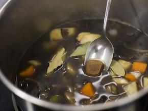Zupa grzybowa z łazankami - VIDEO – krok 2