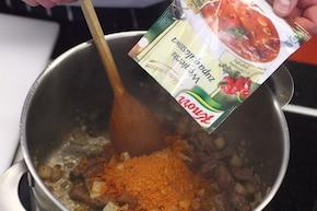 Zupa gulaszowa - VIDEO – krok 3