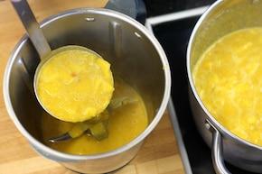 Zupa krem z dyni z karmelizowanym jabłkiem i  pieczonymi orzechami – krok 5