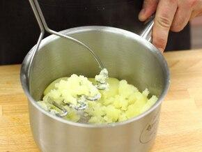 Żur z ziemniakami i kiełbasą jałowcową - VIDEO – krok 1