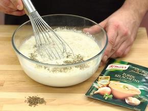 Żur z ziemniakami i kiełbasą jałowcową - VIDEO – krok 3