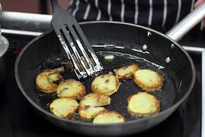 Żurek ze smażonymi ziemniakami i kiełbasą – krok 3